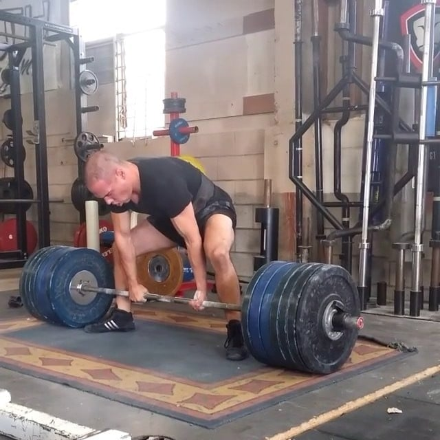 Supreme Leader of Getstrength Bowerlifting, Vice President of Auckland Bowerlifting @johnstrachan_pl nailing a very clean 272.5kg/600lb pull milestone. Do you think bumber plates make a difference on a stiff bar? Let us know in the comments below