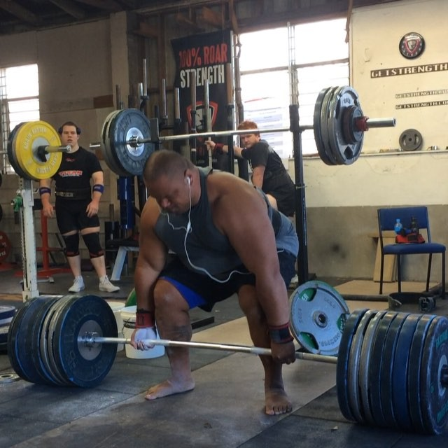 What better way to start off this sunny saturday session then with big man @syrus_k bringing it home with a huge 320kg/704lb deadlift!!! This now takes the title of biggest deadlift at